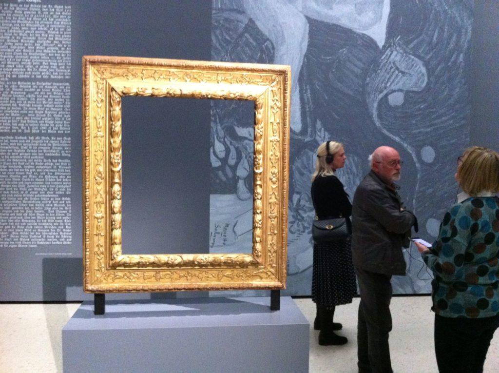 """Der leere Rahmen im Städel Museum. Einst gehörte das Porträt zur Sammlung des Frankfurter Städel Museums. 1937 wurde es auf Befehl der Nazis beschlagnahmt und ins Ausland verkauft. Dem Museum blieb nur der Originalrahmen – 2019 wurde er bei der großen Ausstellung """"Making van Gogh"""" dem Publikum präsentiert."""