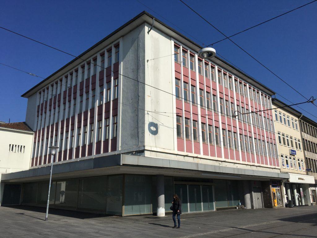 """Das Ruru Haus der documenta fiftieen – das offizielle Hauptquartier im früheren """"Sport-Arena"""" Kaufhaus in Kassel."""