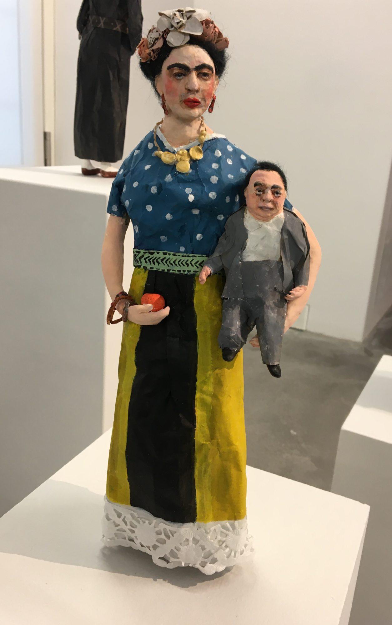 Die große Frida Kahlo und der kleine Diego Rivera: Bedeutungsproportionen in der Pastik von Franziska Meinert (aus der Reihe Ikonen der Kunstgeschichte). Ausgestellt 2020:  https://www.zitadelle-berlin.de/ausstellungen/disturbance-witch/