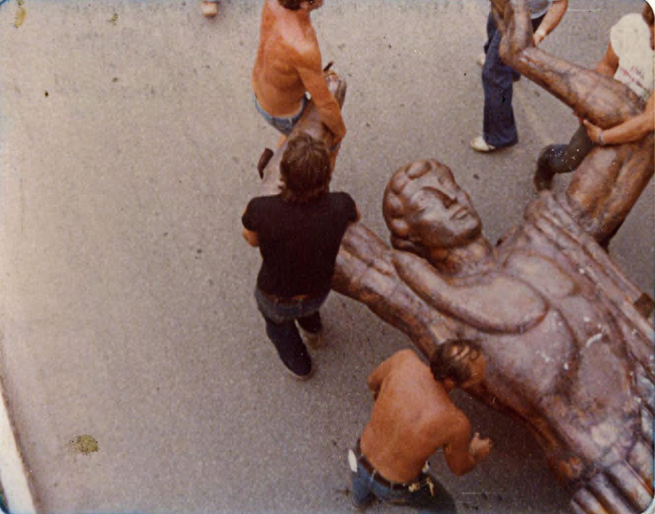Teile von Prometheus von Monumentalbildhauer Surab Zereteli werden von Arbeitern mühsam abgeladen und transportiert