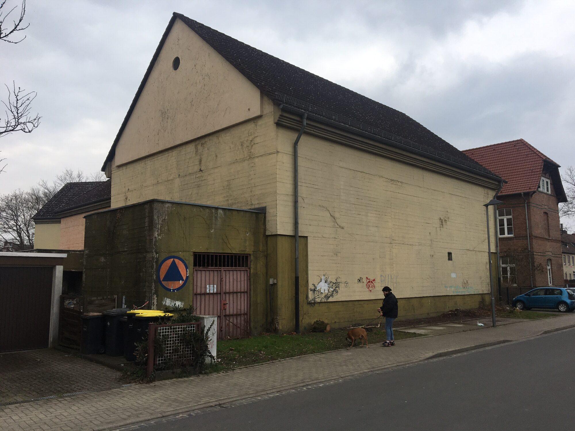 Direkt neben dem Stadtteilzentrum Agathof befindet sich ein Hochbunker aus dem Zweiten Weltkrieg (als Bauernhaus bzw. Scheune getarnt), der seitens der Stadt Kassel zu einem Kulturzentrum ausgebaut werden soll. Auch die documenta hat Interesse signalisiert. Foto: Christian Saehrendt