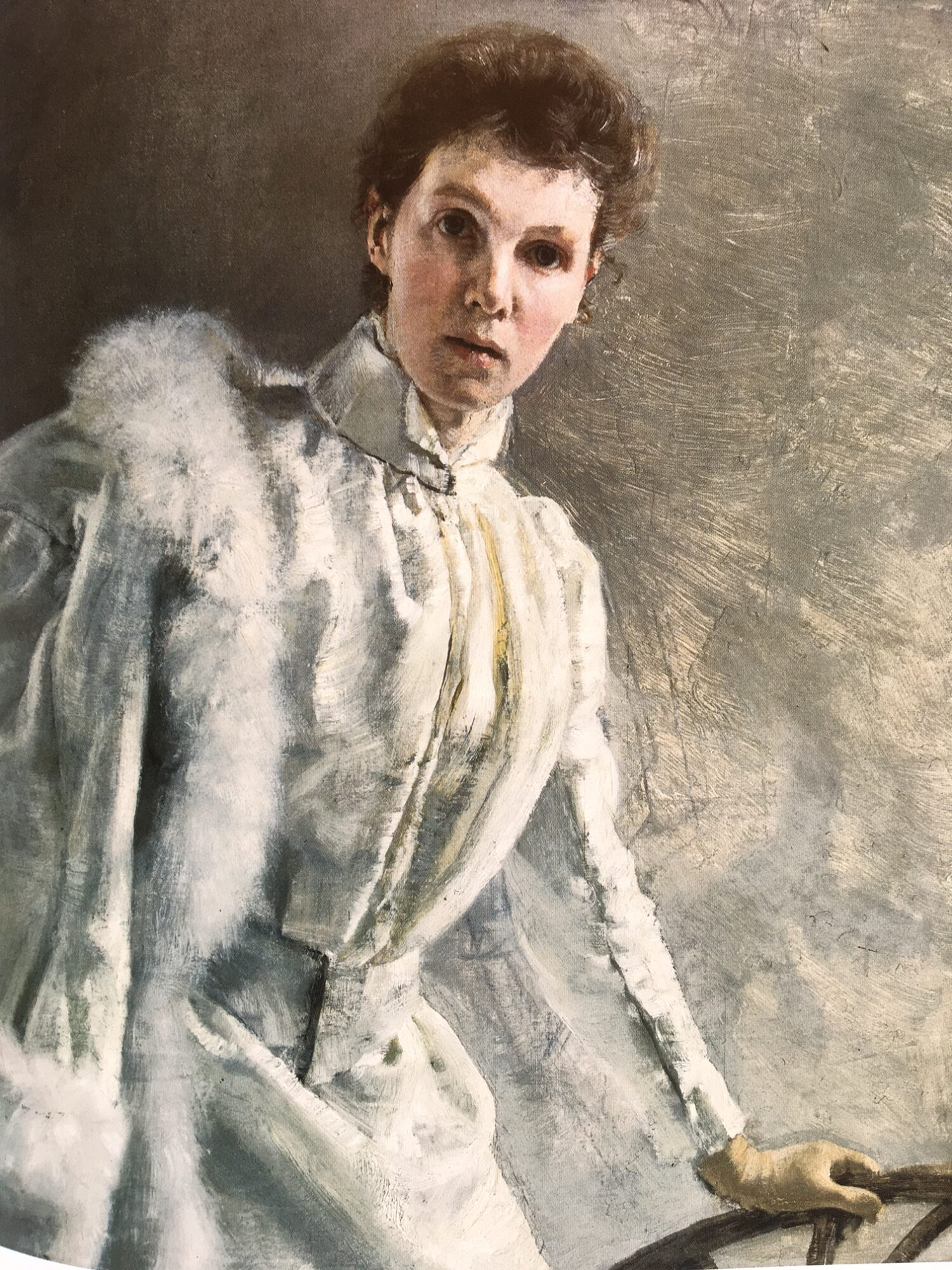 Das Selbstporträt Clara von Rappards aus dem Jahr 1890 lässt sich als Bekenntnis zu ihrer Freilichtkunst deuten. Vor neutralem grauen Hintergrund posiert die Malerin in eleganter weisser Ausgehkluft. Kunstmuseum Bern.