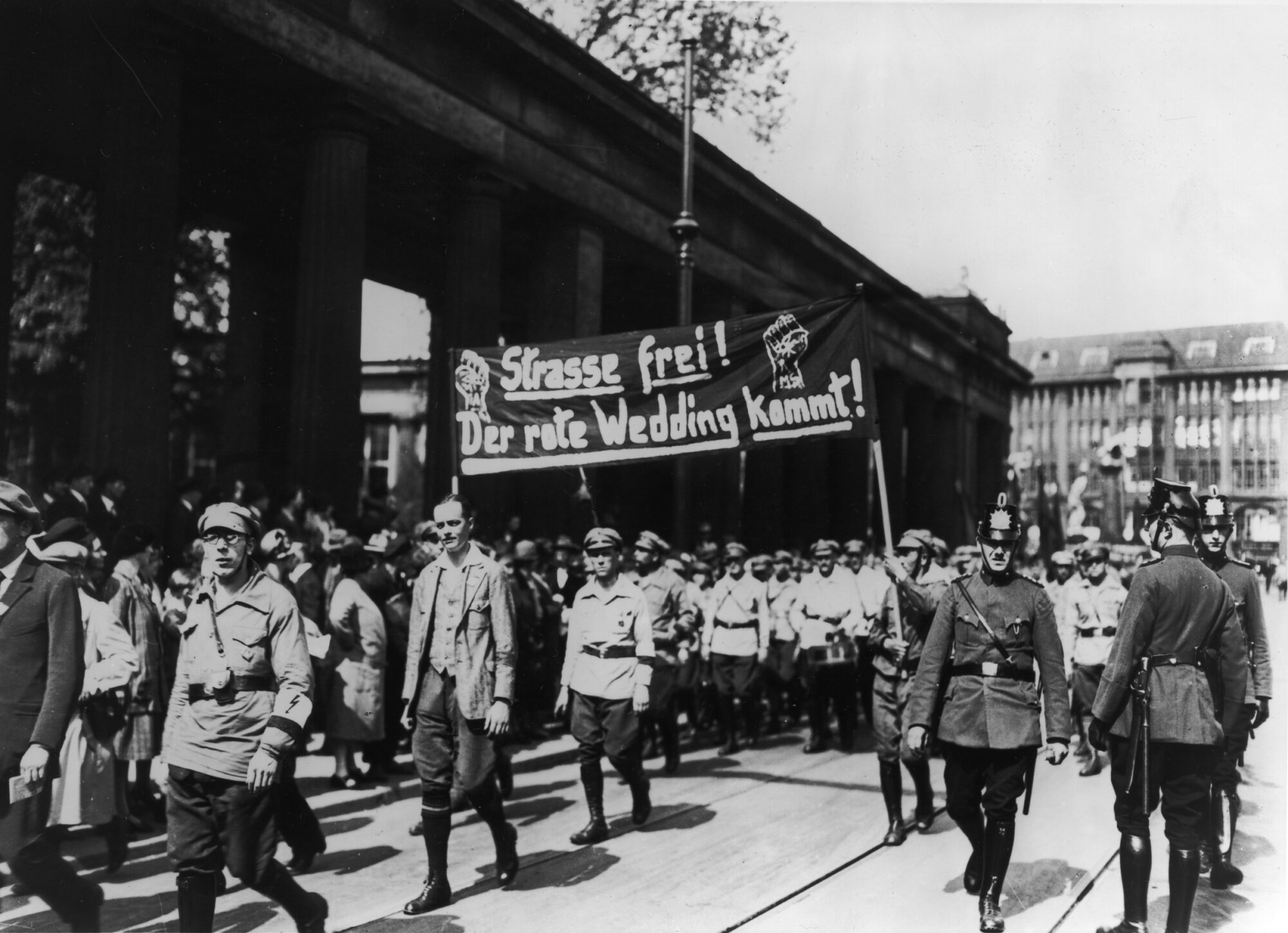 """Straße frei ! Der Rote Wedding kommt !"" - Demonstration der KPD in Berlin am 1. Mai 1929; Landesarchiv Berlin. Foto: Fotograf unbekannt;"