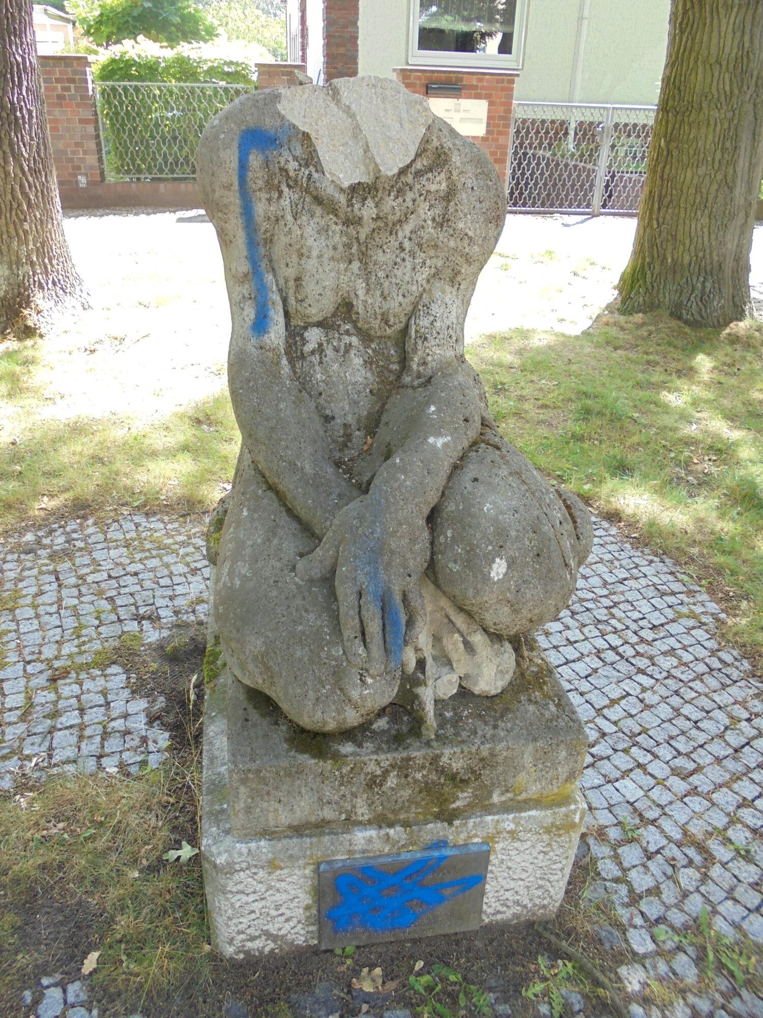 """Plastik """"Hockende Negerin"""" des Bildhauers Arminius Hasemann. Foto: Christian Saehrendt 2020."""